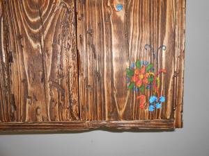 Skrinka zo smrekoveho, červotočivého dreva upravena olejom vbrúsená do patiny 2