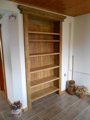 Knihovníčka zo smrekového dreva upravená antickou patinou 1